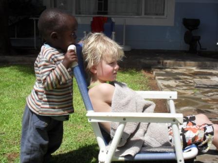 Knut og Kareto i hagen.