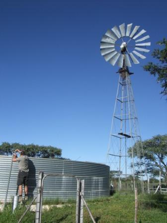 Vindpumpa på Lekerwater med tilhørende basseng. Det er 5 slike totalt på farmen.