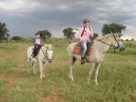 Knut har funnet stilen. Riktignok har han og jonas blitt enige om fordelinga (Knut er bushmann, fordi han sover ute på bakken til stadighet, og Jonas er cowboyen. Hestene kler rytterne eller hva?