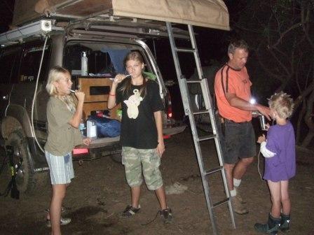 Afrikacruisern fikk testet om den var utstyrt for camping. Det var den. Her lys og springvann til tannpussen. Corinna, Kerstin, meg og Knut.