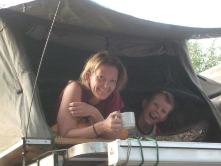 To uthvilte teltsovere med morgenkaffen i senga.