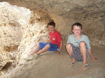 Jonas og Dennis i ei grotte vi fant.