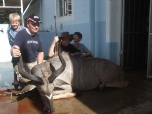 Gutta har vert på jakt og resultatet ble en stor fin Kudu som gir oss mat i flere uker. Dyret blir å skue i den glade familiens residens om et par månede..