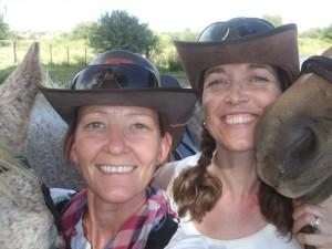 """To fornøyde cowgirls som er mer enn kry over å ha """"hjulpet"""" til med å drive kuer (dvs.ri bakerst og sørge for å ikke være i veien for de andre...)"""