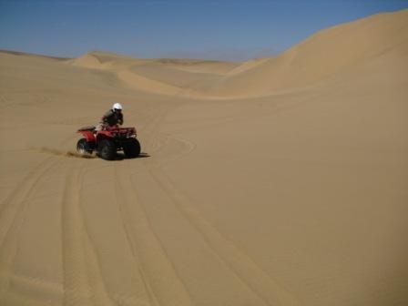 Jeg klarte ikke helt å la være og ta noen piruetter når guiden var ute av syne. Sporene i denne delen av sanddyna blåser heldigvis bort i løpet av natta.