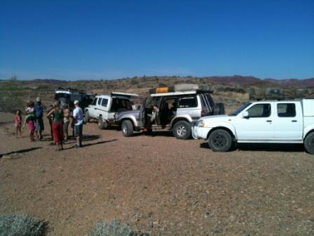 Dette er gjengen som var på tur. To Landcruisere (av ganske så ulik type), en Land Rover og en Nissan (Bjørn og Torleifs leiebil)