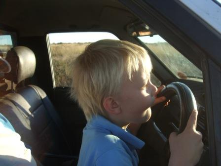 Knut kjører helt selv. Clutch, gass  og det hele. Fattern var bare med som sittepute for at han skulle nå opp.