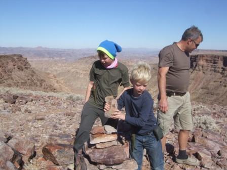 Gutta mine bygger varde i Fish River Canyon. Det går jo ikke upåaktet hen at familien Knutsen har vert på besøk!