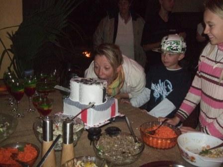 Mor tar første biten av kaka....