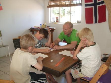 Alle som kommer på besøk kan brukes til noe på den lille skolen vår! Her er Torleif matte-lærer, og det er en kjærkommen avveksling for elevene skulle jeg tro...