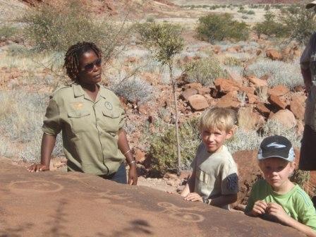 Her er vi ved Twyfvelfountain og ser på Bushmans paintings. De er fr 2-5.000 år gamle, og guiden kunne fortelle at disse ringene symboliserer vann. Simen følger interessert med.