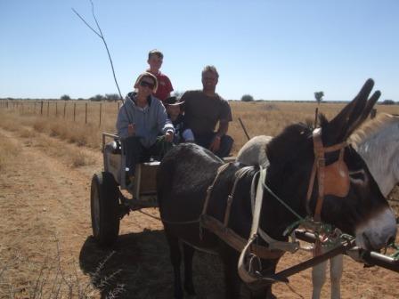 Familien Glum på søndagstur med Satan og Slapp-øre.. Donkey-carting er i grunn en litt anderledes opplevelse, men ikke så veldig forskjellig fra å kjøre kjerre med Shettis he he...