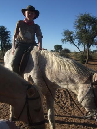 Jonas begynner å bli en dreven cowboy selv om han nok skulle hatt en hest med litt mer fart i en gamle Blue. Han gjør nemlig mest som han selv vil...
