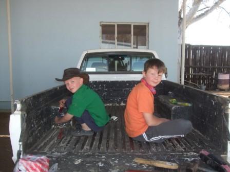 Gutta er flinke til å hjelpe til med  det meste på farmen. Her er det gårdsbilen som blir skrapet og vasket før ett nytt lag med maling kom på.