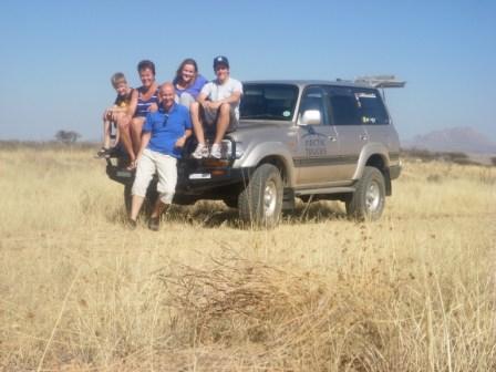 Familien Vik Lysne på tur til Swakopmund i Far`s Landcruiser. En honnør til dem for å sette avårde på egenhånd med både rattet og bilen på feil side!! Det må vel sies at de kom helskinnet tillbake, storfornøyd og solbrune.