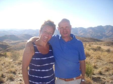 Gro og Olav nyter utsikten på vei til Swakopmund.