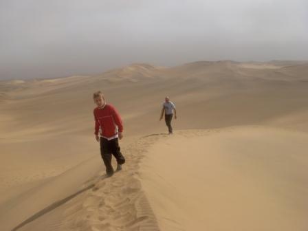 Sandboarding hører også med for de fartsglade. Her Ole med egen bærer...