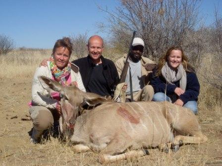 """Som sagt trengs det endel kjøtt når gjestene er mange. Her har Olav tatt sin tørn i """"matbutikken"""" og han kom stolt hjem med en fin Kudu og  noe i nærheten av et perfekt skudd..."""