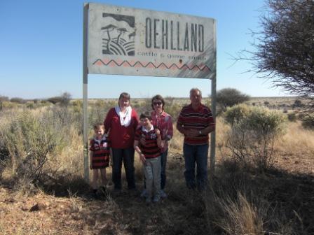Besøket vårt under farm Oehlland skiltet. Obligtorisk for alle som vil inn!!