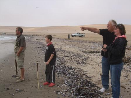 """Så bar det ut på tur, også denne gang ut til kysten og Swakopmund. Jan var stadig imponert over at Anders hadde GT klar MED isbiter overalt hvor vi stoppet...også """"midt"""" i ørkenen hadde han isbiter til GT..."""