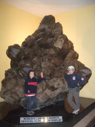 Sindre og Knut på krystallgalleri i Swakop. Her med verdens største krystall. Vi greide oss fint blandt gull og edle-stener uten å rive ned hele butikken....
