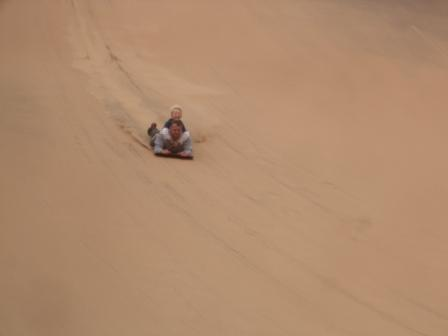 Knut prøver en ny variant av sandboarding, og bruker pappan som brett..