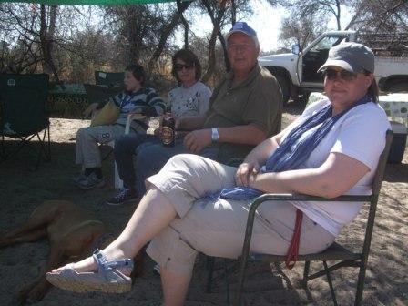 Vi fikk også med oss en hyggelig grill kveld på bush-campen til naboen. Her blir alltid bålet stort og natta lang....
