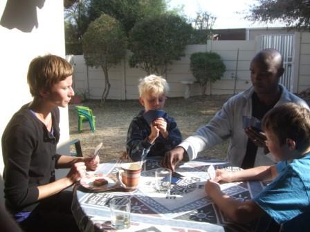 Min kusine Trine og hennes mann Ackim på visitt fra Zambia. Her en runde med vri åtter før vi drar dem med på en tur rundt Avis dammen.