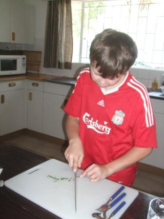 Ikke bare bare for små gulerøtter å kutte gressløk med kokkekniv! Heldigvis er Jonas vant med kniv. Han har fått spikke med spikkekniv i barnehagen fra han var 4 om jeg ikke husker feil!!