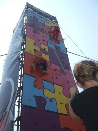 Syns han var tøff.. Jeg hadde ikke klatret opp der! Og som Anders sa: Hvis jeg hadde klatret opp der men mistet grepet og fallt ned, da ville jo damen med tauene flydd rett til værs!! He heeeeeeeeeeeeee. Men til topps kom minstemann, det er helt sikkert.