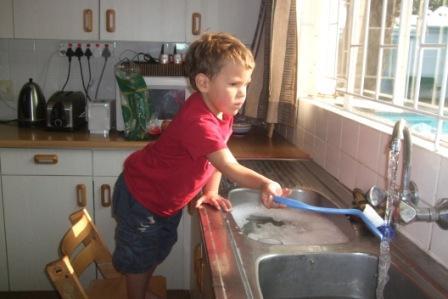 Emil er grei å hjelper meg med oppvasken. Selv om man er på eventyr i Afrika er det da hverdagslige plikter som må gjennmføres!!