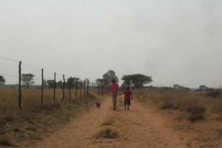 Vi går en tur og ser etter hestene. Selv om det er varmt og støvete var det ingen som klagde! Disse ungene er vant til å være ute og gå:-)