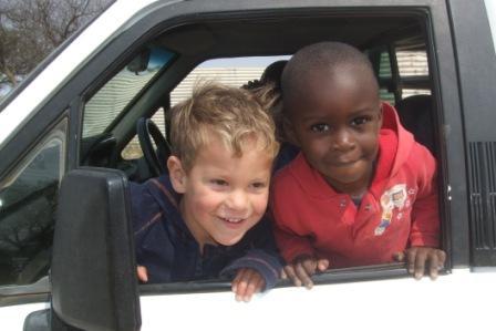 Endelig en lekekamerat på Karueto sin alder! Emil og han er blitt kompiser og språk ingen hindring for unger. Herlig å se:-D