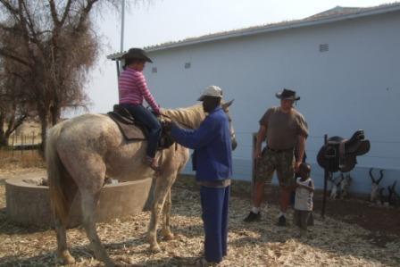 Daniel hjelper Ida som skal prøve seg en tur på gamle Blue. Her finnes det ikke sikkerhetsvester og godkjente ridehjelmer, men en cowboyhatt gjør susen!!