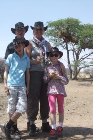 Familien Bjerkaas samlet på bush-pan. Og disse cowboy-hattene er ikke fra Namibia!!!