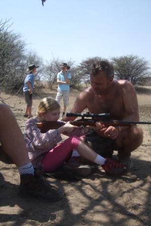 """Caroline med """"påholdt"""" rifle... Om ikke Petter skrur inn siktet bedre når denne jenta kommer i 16 års-alderen tipper jeg hun greier seg fint selv."""