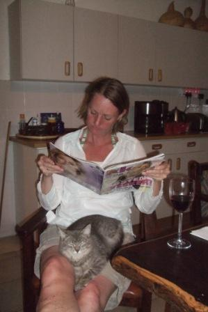 Etter slike anstrengelser er det godt å slappe av litt ja...? Min allergiske søster med katten Mia på fanget. Rart hvordan dyr går til de som EGENTLIG ikke vil ha noe med dem å gjøre...?