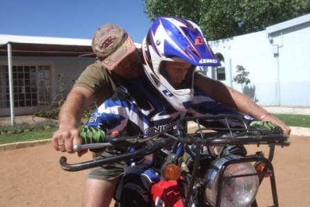 Derfor starter vi pent med Holger sin gamle lunte-sykkel istedet. (No offense Holger!!) Onkel Anders forklarer mens en konsentrert Jonatan følger med.