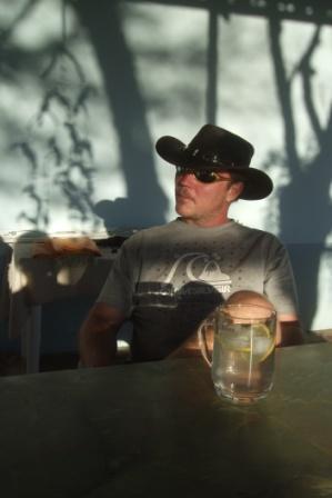 ..og Petter i solnedgang, her med tradisjonell GT. Sprudlende og godt etter slitsomme feriedager der man må sitte og humpe bakpå en bil i støv og stekende sol he he...