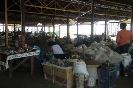 """Fra markedet i Katutura. Her kan man få kjøpt tørkede biller og annet """"snacks""""..."""