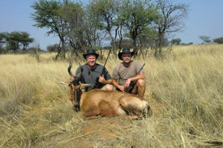 Det ble jo dyr på Joakim også! Ouma trengte kjøtt så da var det bare å ta børsa på ryggen og komme seg ut. To glade gutter med ett stykk Hartebeast.