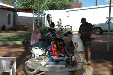Så ble det motor og prøvekjøring med Jonas. Dette er en små-hissig cross sykkel på 85ccm, men Jonas har kjørt på den i snart to år allerede.