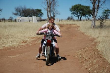Det rykket i motorsykkel-beinet til onkel Petter og han måtte selvfølgelig få seg en prøvetur han og! Caroline er jenta i røyken!!