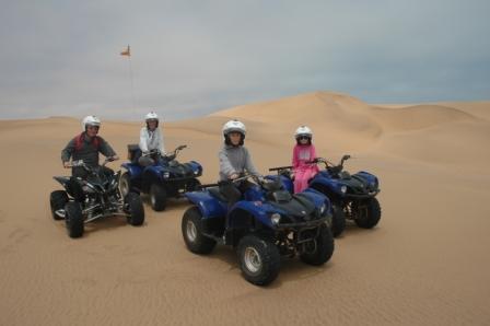 Fam.Bjerkaas på 4 hjul i svingen i Swakopmund. En fantastisk fin måte å få sett sand-dynene på!!