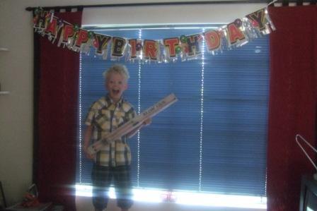 Knut fyllte 9 år dagen etter at vi fikk besøk fra Slangen seter, og tenk som ved trolldom hadde Anita kjøpt med seg seigmenn som vi kunne pynte bursdagskaka med!! Dagen var så absolutt reddet, ogen sliten bursdagsgutt sovnet med smil om munnen.