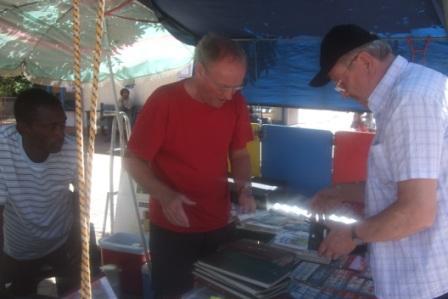 Bernt er ivrig frimerkesamler, og tenk i gå gata i Windhoek møtte han på en likesinnet og både pengene  og frimerkene hang løst. Han fikk noen fine nye frimerker til samlingen da!