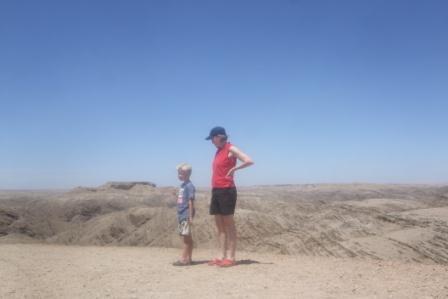 """Knut og Anita nyter scenarioet på ett av de mange utkiktspunktene på vegen. Flere steder ser man fjell som er helt flate på toppen, ikke ulikt """"Table mountain"""" i SA."""