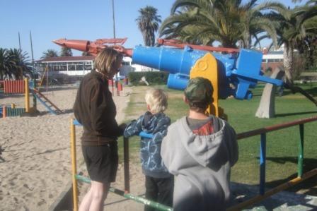Langs strandpromenaden kan man beskue denne harpunen som er fra en norsk hvalfangstbåt.