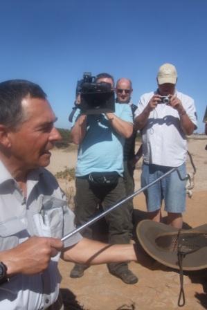 """Tommy har gravd fram en slange av typen """"Side winder"""". I bakgrunnen står et tysk tv-team som fulgte oss på turen. Fikk ikke tak på navnet, men de var fra Tysklands nest største tv-stasjon. Noen som har tysk tv...?"""