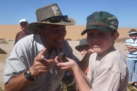 Tommy har fanget en kameleon og gitt den til jonas. Skeptisk tøffing...?